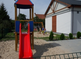 Plac zabaw przy świetlicy w Strychowie