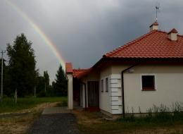 Świetlica w Wierzycach ze szczęśliwą tęczą w tle