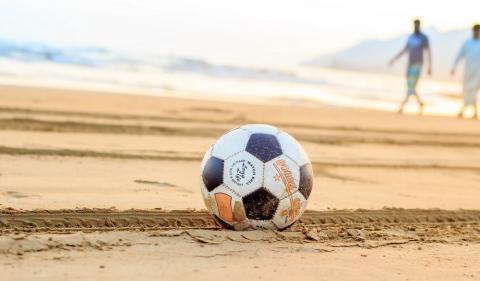 piłka na plaży