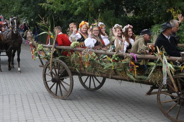 wóz z zespołem folklorystycznym