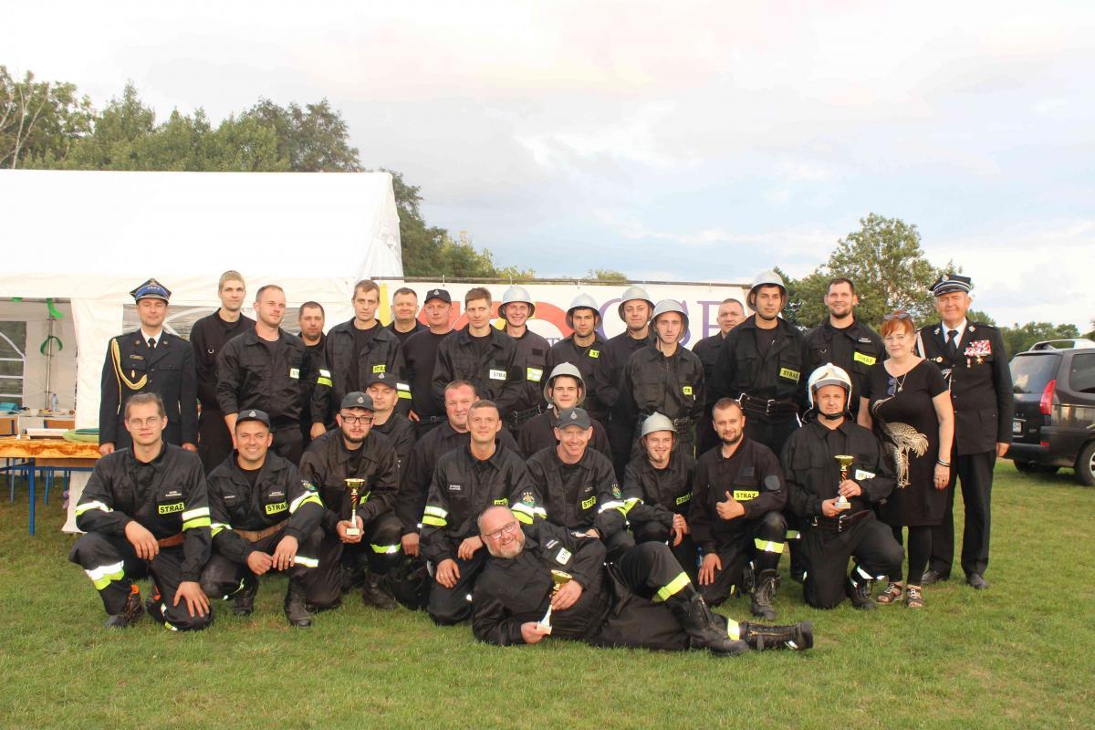 grupa strażaków