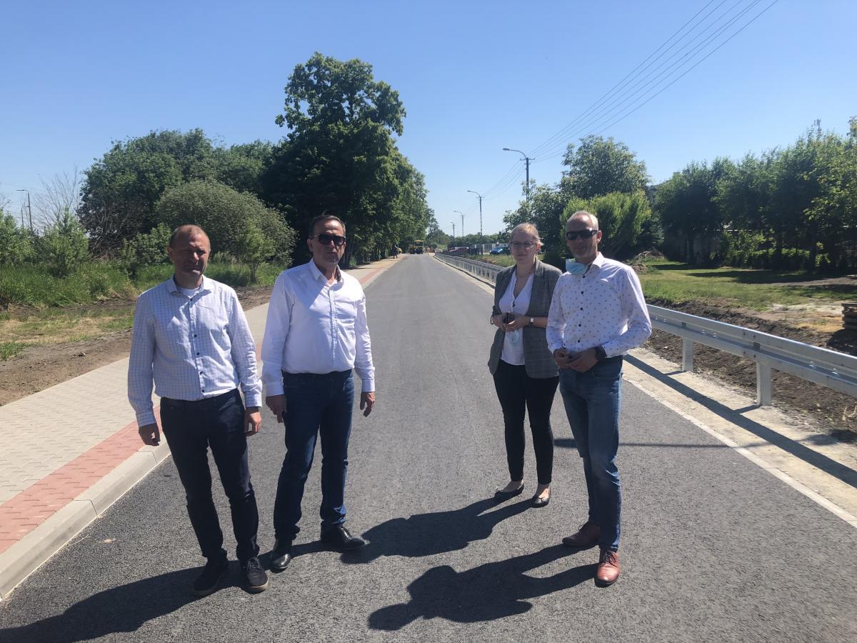 cztery osoby stojące na drodze